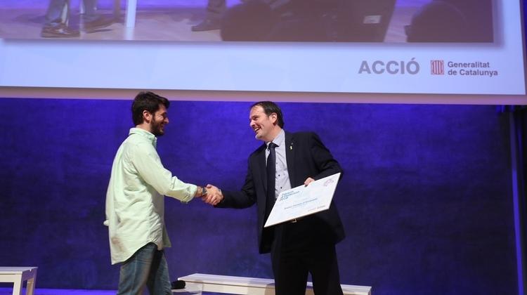 El conseller delegat d'ACCIÓ, Joan Romero, lliura el premi al guanyador